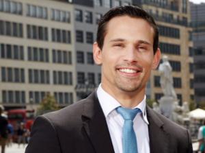 lächelnder Mann mit blauer Krawatte