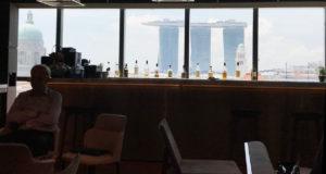 iNDTact Workspace: Blick aus dem Fenster in Hochaus in Singapur mit Theke davor auf Marina Bay