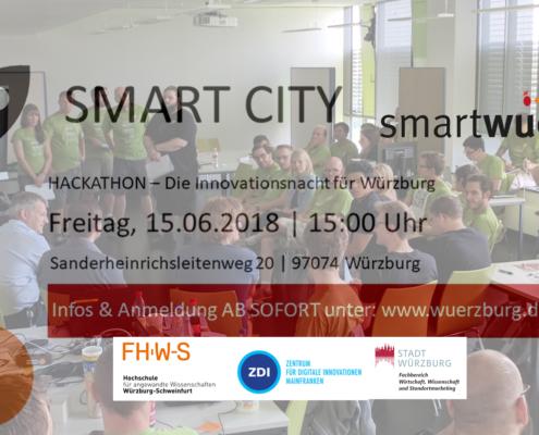 Hintergrund: Hörsaal der FHWS gefüllt mit Menschen, vorne Logos: Stadt Würzburg, FHWS, ZDI, smartwue