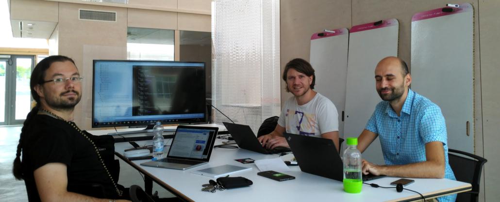 Arbeitsraum Computer drei Männer Cube ZDI