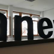 Eingangsbereich Buchstaben Anevis, Logo IGZ
