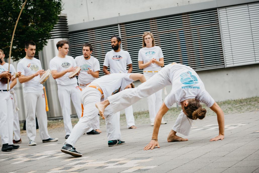 weiß gekleidete Capoeira-Kämpfer