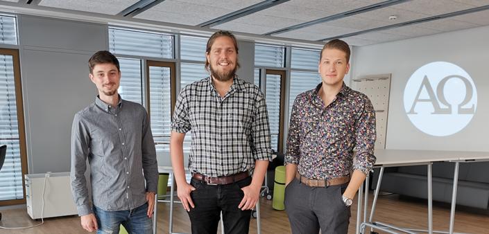 Drei junge Gründer aus Würzburg, junge Männer im Hemd, Büroraum, AlphaOmega