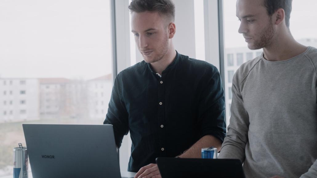 Tobias und Janik arbeiten an ihren Laptops